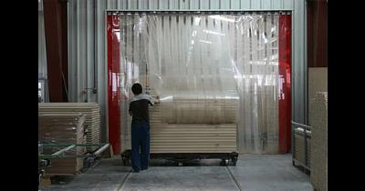 Protiprůvanové vratové clony - pruhové závěsy pro sklady a výrobní haly