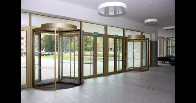 Dveřní a vratové systémy SPEDOS zajistí výraznou úsporu tepla