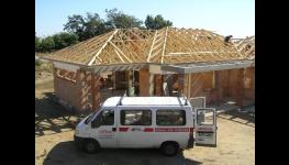 Střechy rodinných domů a průmyslových hal z dřevěných příhradových vazníků na klíč