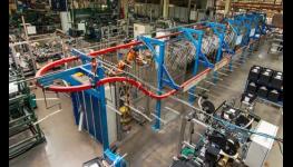 Výroba stabilních kovových regálů s pevnou policí z dřevotřísky s vysokou nosností