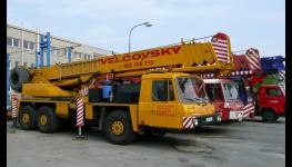 Teleskopický autojeřáb Tatra AD 28 je skvělým pomocníkem v terénu - pronájem, půjčovna