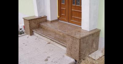 Žulové a kamenné schodiště, vnitřní a venkovní okenní parapety