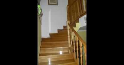 Interiérové schody, schodiště s dřevěným obložením-samonosné, kovové, betonové