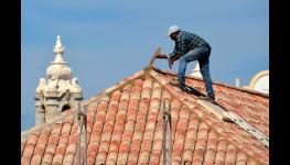 Plechová střešní krytina je levnější - vhodná pro starší domy
