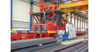Pískování na průběžném tryskači pro dokonale čistý povrch oceli