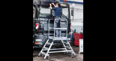 Mobilní plošinové žebříky s protiskluzovým povrchem pro bezpečnou práci ve výškách