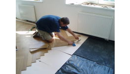Podlahy jako PVC, vinyl, dřevo i koberce najdete u firmy Strnad
