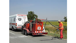 Oprava trhlin na silnicích - zalévání trhlin na komunikacích