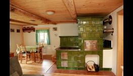Ubytování v roubence se společenskou místností s kachlovými kamny v Orlických horách
