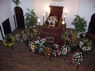 Převoz, smuteční vazby, zpopelnění, uložení do hrobu či hrobky