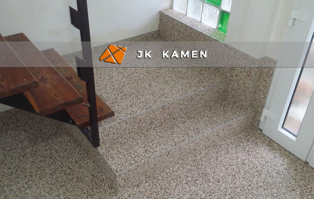 litá podlaha z kamínků v interiéru