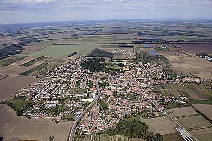 Město Hrušovany nad Jevišovkou v okrese Znojmo, krajina jižní Moravy, cyklotrasy, památky