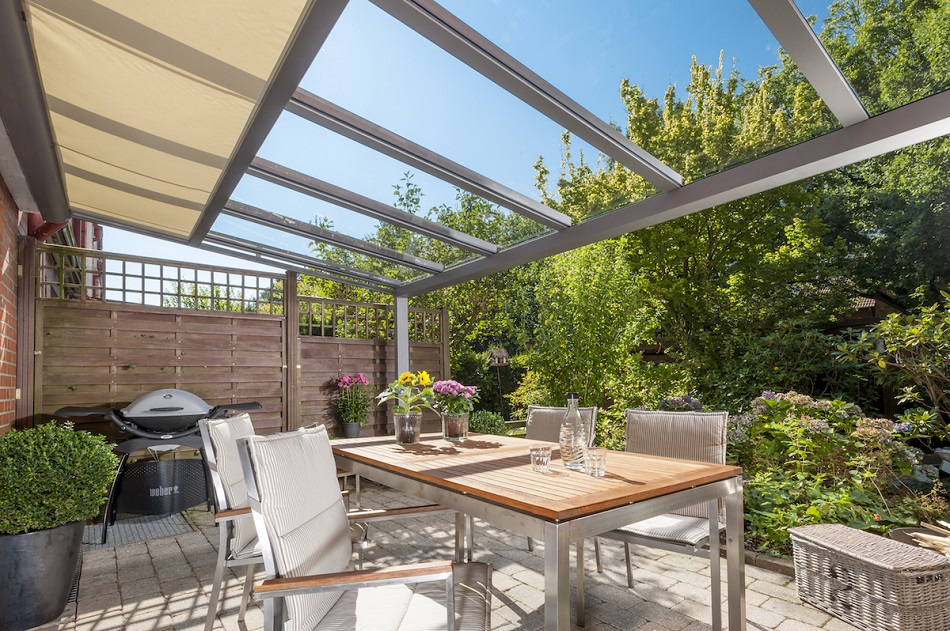 Zasklené terasové přístřešky pro celoroční využití s termoregulačními skly pro každé počasí