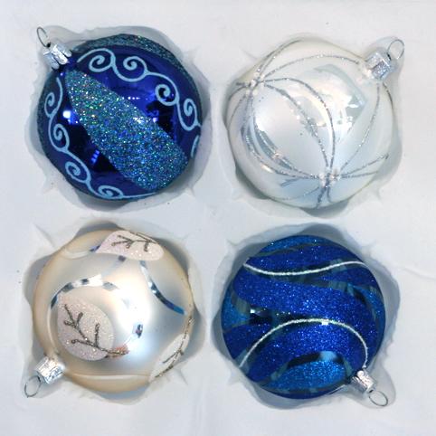 Vánoční ozdoby různých tvarů a barev