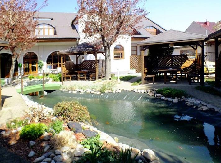 Ubytování v hotelu u cyklostezky - pronájem vinárny pro soukromé akce v sezóně burčáku, vína