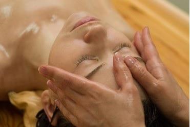 Masáže pro odpočinek i zdraví - vyberte si ruční lymfatickou masáž nebo liftingovou masáž obličeje