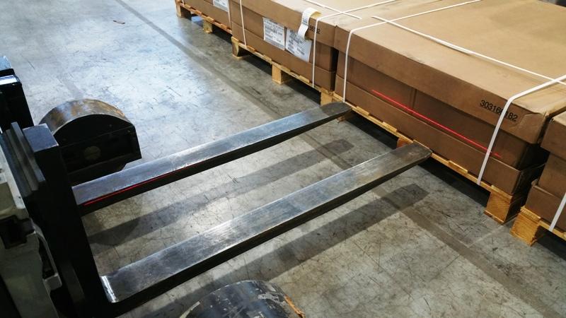 Laserový ukazatel přesné polohy nákladu u vysokozdvižného vozíku
