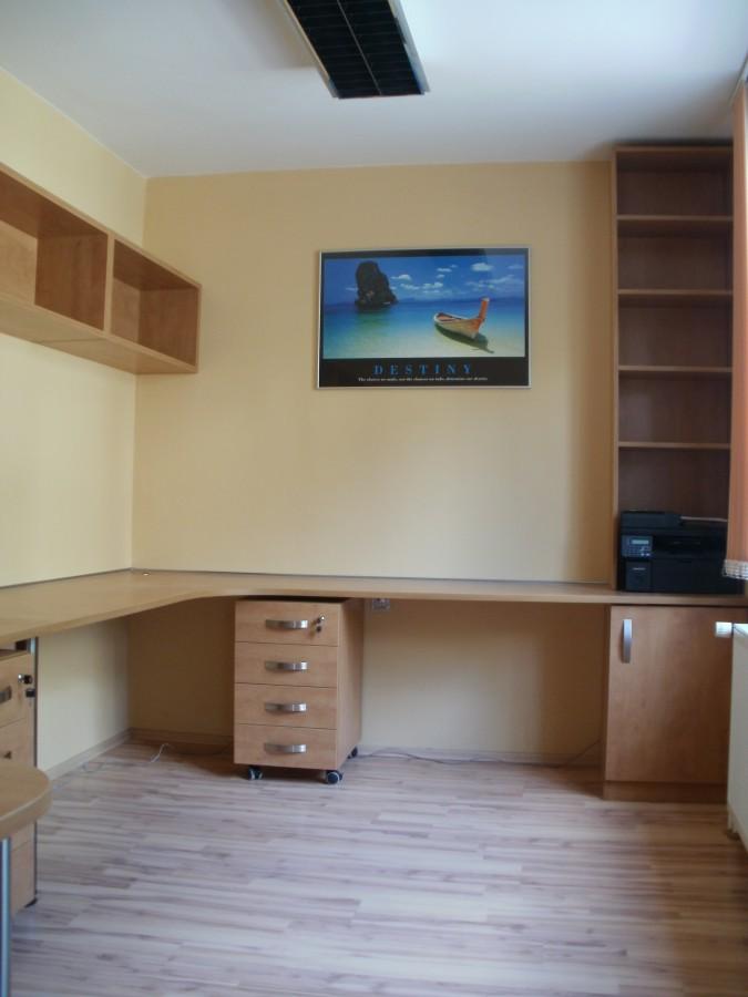 Zakázková výroba dřevěného nábytku do moderní kanceláře