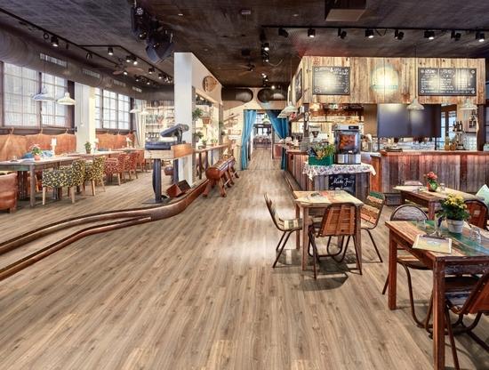 Moderní podlahy s tvarovou pamětí EGGER Design+, showroom Praha 6 – záruka 25 let