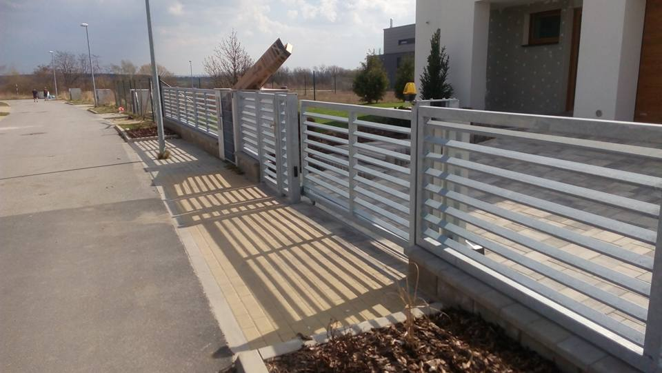 Zakázková výroba z nerezu za skvělé ceny - ploty, brány, zábradlí i sklepní mříže