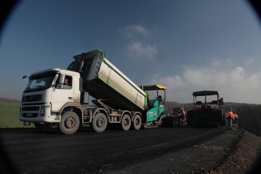 Pokládka asfaltových směsí, recyklace vozovek a frézování komunikace