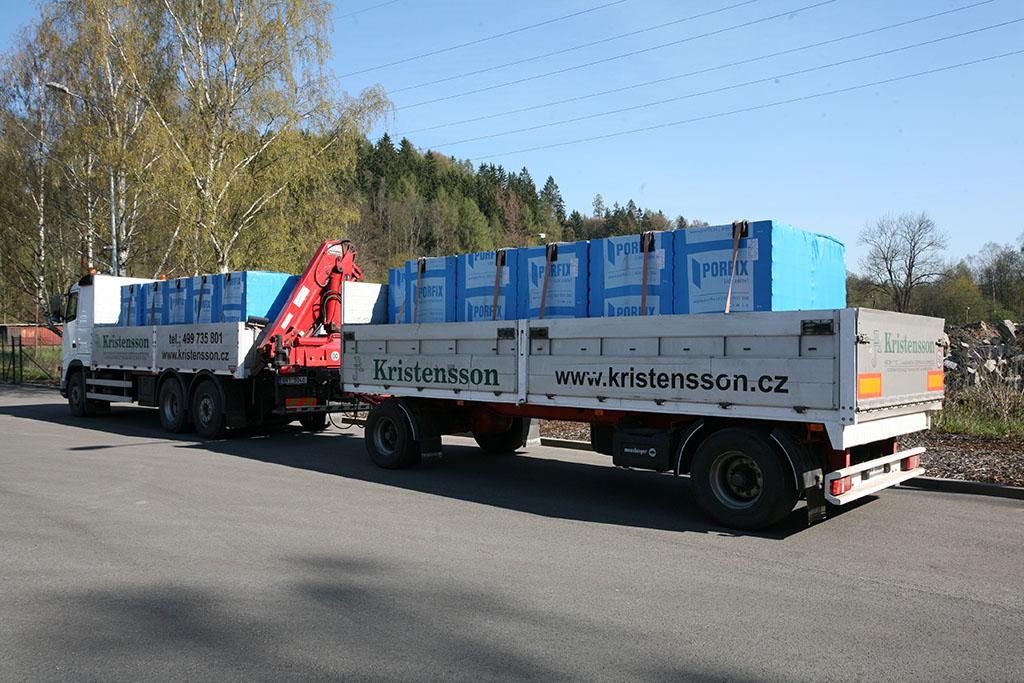 Přepravní souprava s hydraulickou rukou a přívěsem