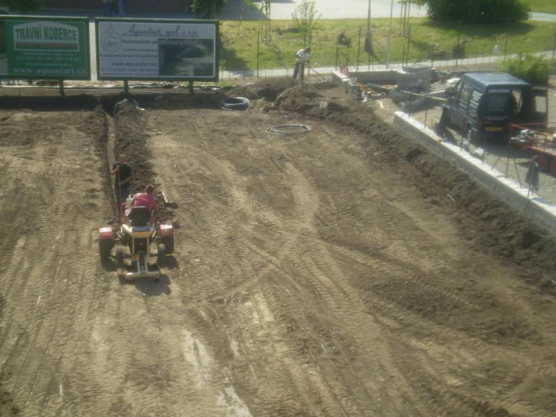 Zelený trávník s automatickým zavlažovacím systémem