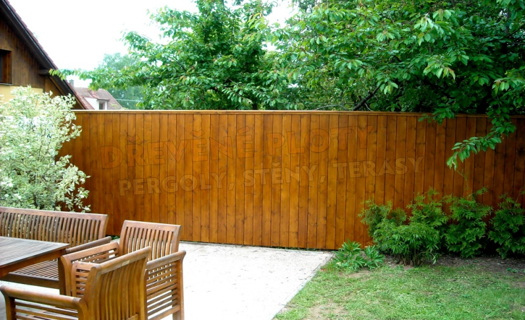 Dodávka dřevěných stěn na klíč s kvalitní povrchovou úpravou pro dokonalé soukromí