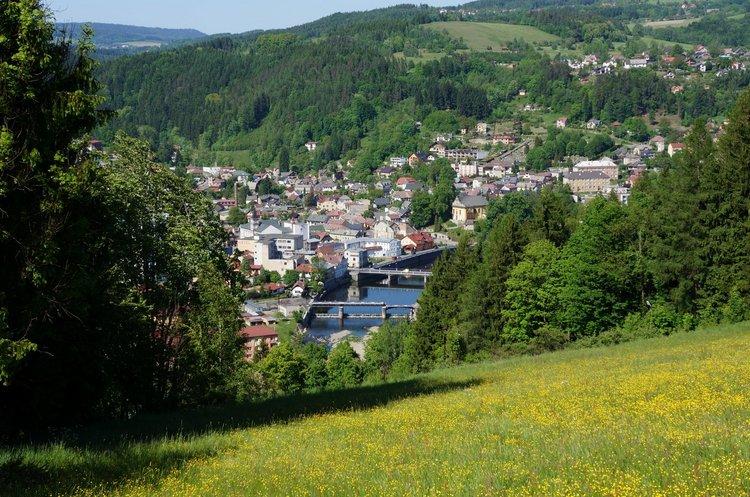 Železný Brod, město skla a bižuterie, významná turistická oblast v údolí řeky Jizery