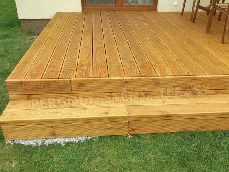 Dřevěná terasa z tuzemského dřeva co rozšíří venkovní prostor