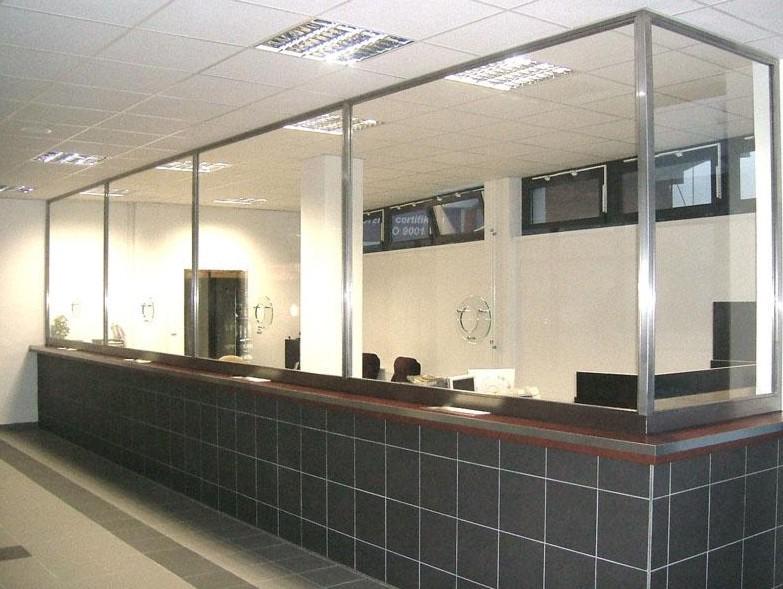 vybavení interiéru z nerezu a skla