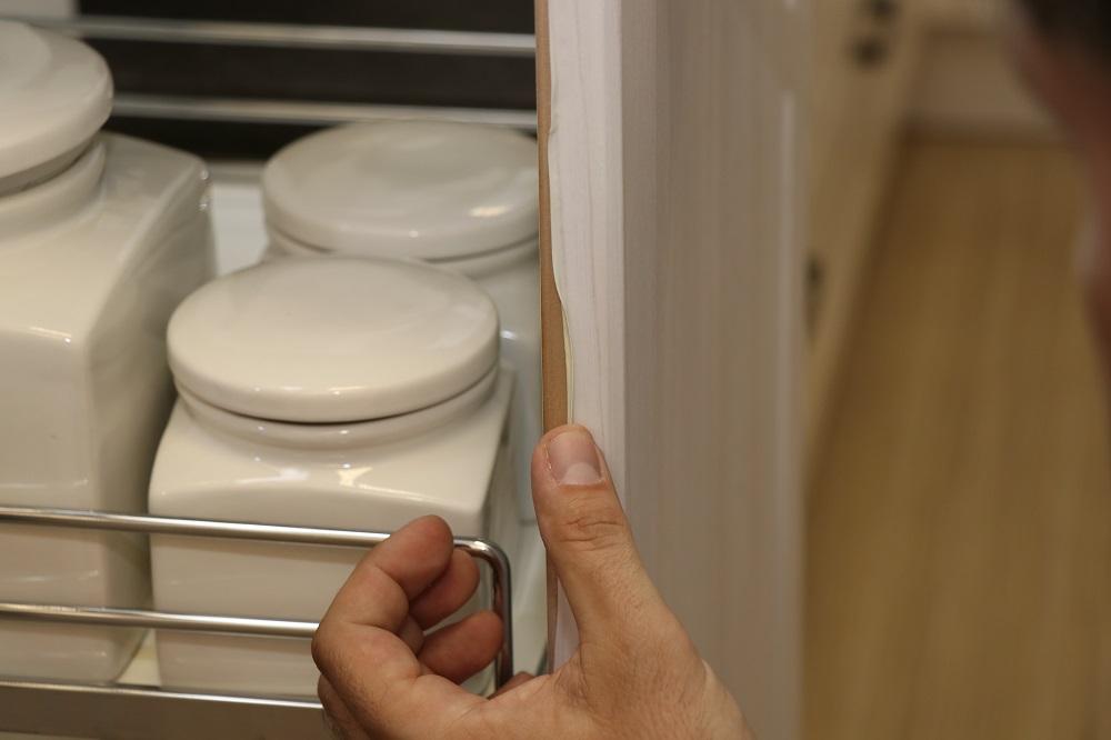 odlepující se povrchová fólie u kuchyňských dvířek - následek nadměrného tepelného namáhánídvířek