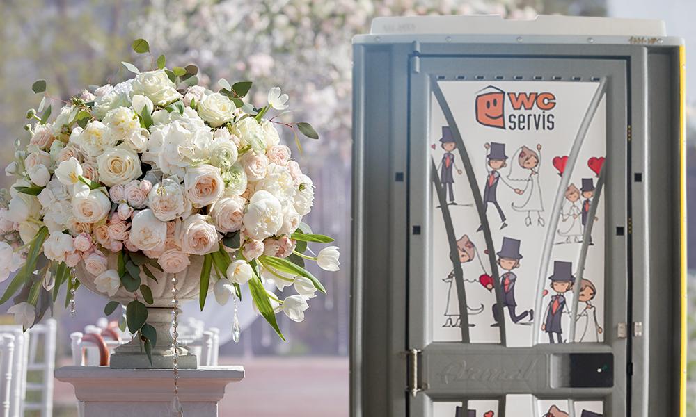 Mobilní WC na svatby s dokonalým svatebním polepem