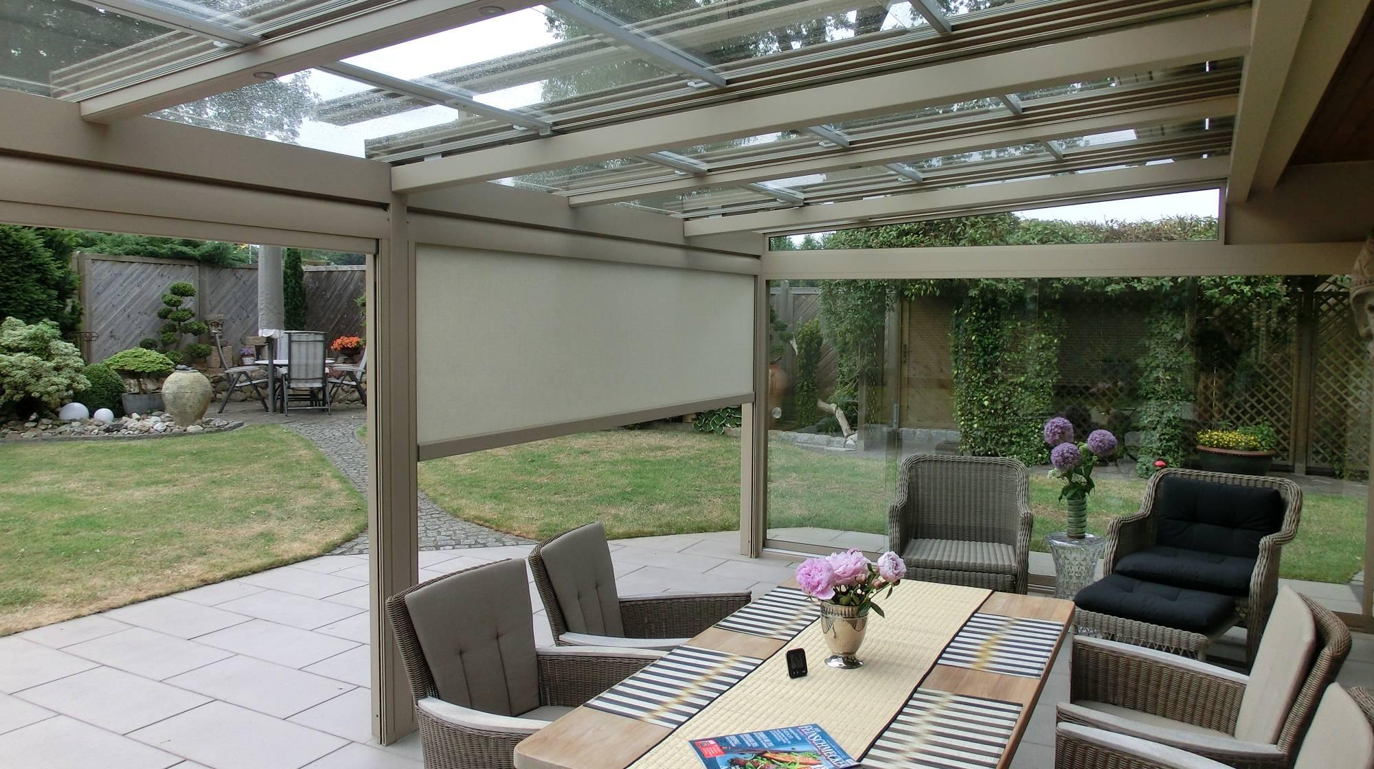 Celoproskleněná střešní konstrukce na zahradě