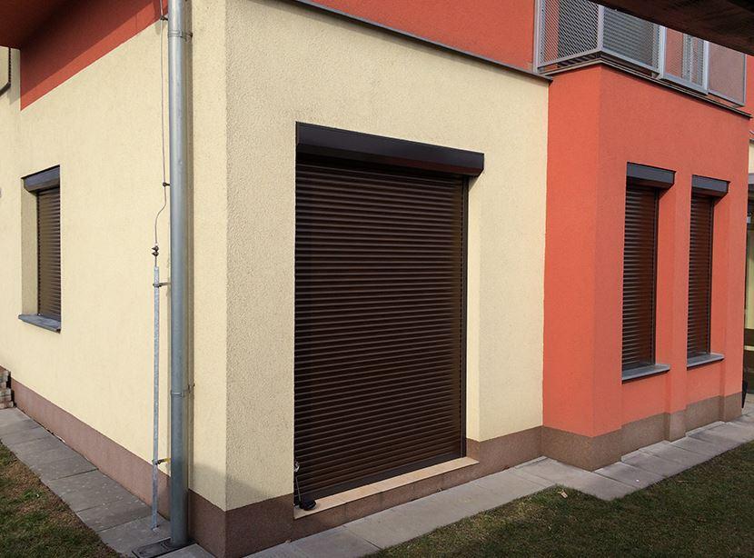 Interiérové a venkovní rolety také s elektrickým pohonem - optimální ochrana proti slunci