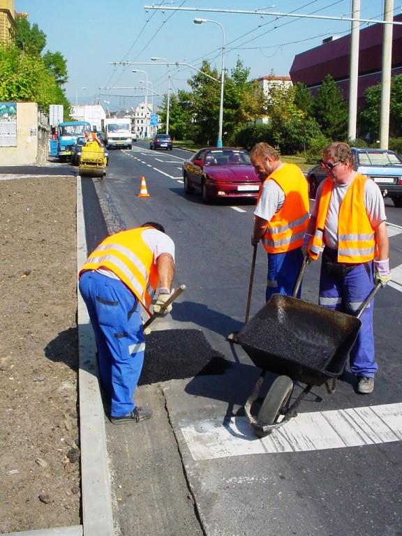 Opravy komunikací - odborné opravy a údržba vozovek, zastávek MHD, chodníků a dopravního značení