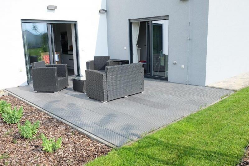Kvalitní plastová terasa z rýhované desky Traplast má dlouhou životnost