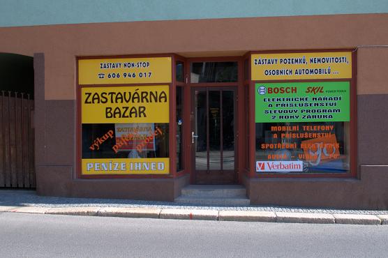 Kombinace řezané a tištěné reklamy lepené na sklo výkladu