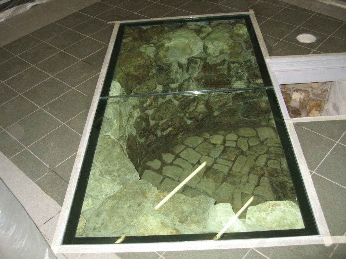 Původní základy pod skleněnou podlahou z pochozího skla