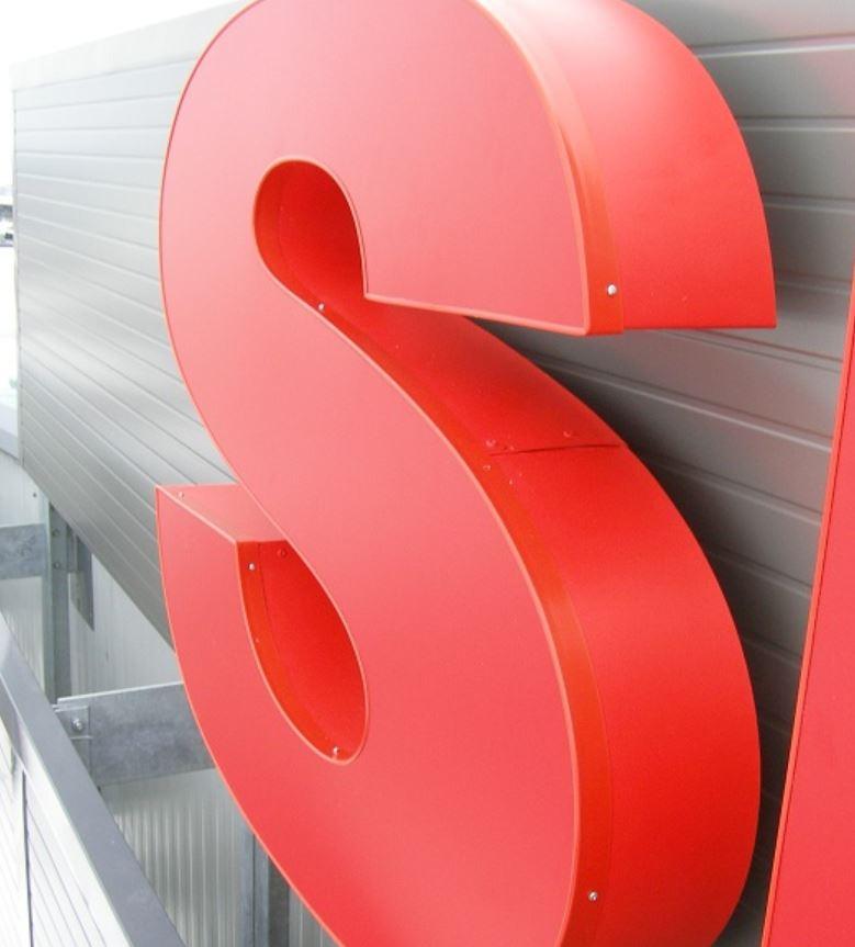 Nepřehlédnutelná 3D loga a nápisy k označení budov