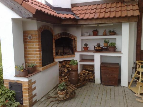 Stavba venkovních krbů a kachlových kamen nejen ke grilování ale i k vytápění