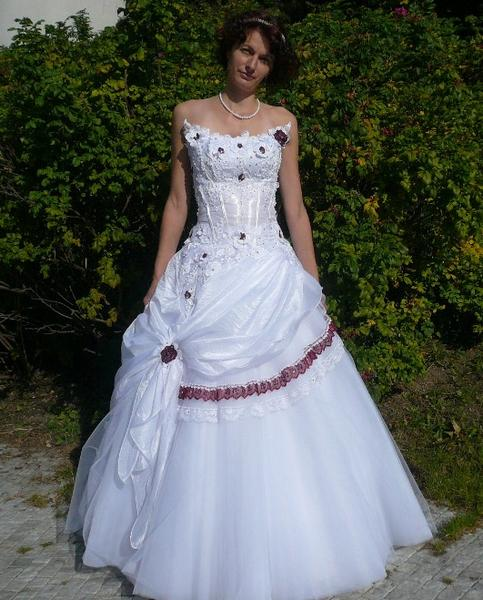 Свадебное платье с красным шлейфом