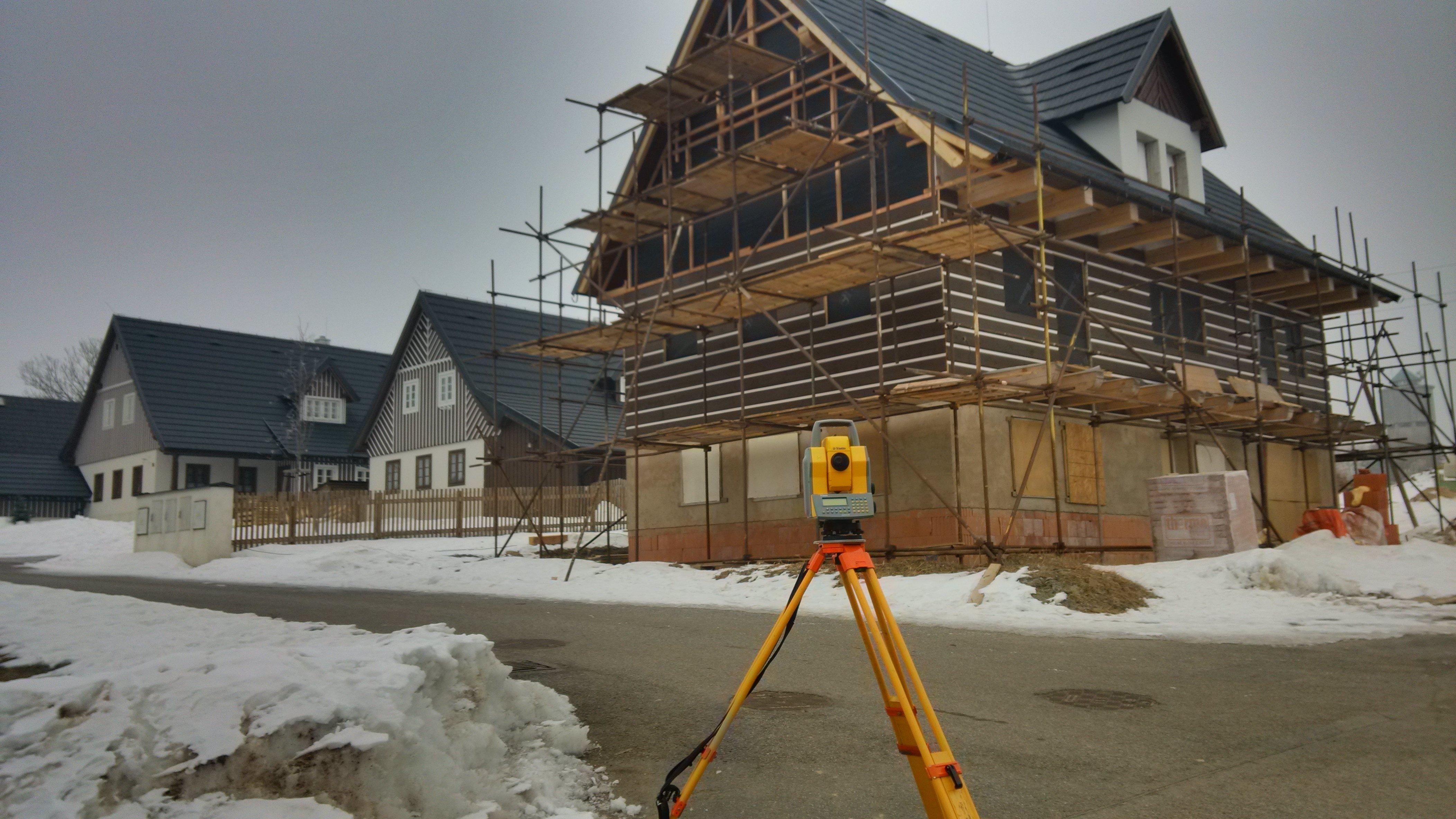 Geodetické práce na výstavbě projektu poloroubených chalup Vysoké nad Jizerou