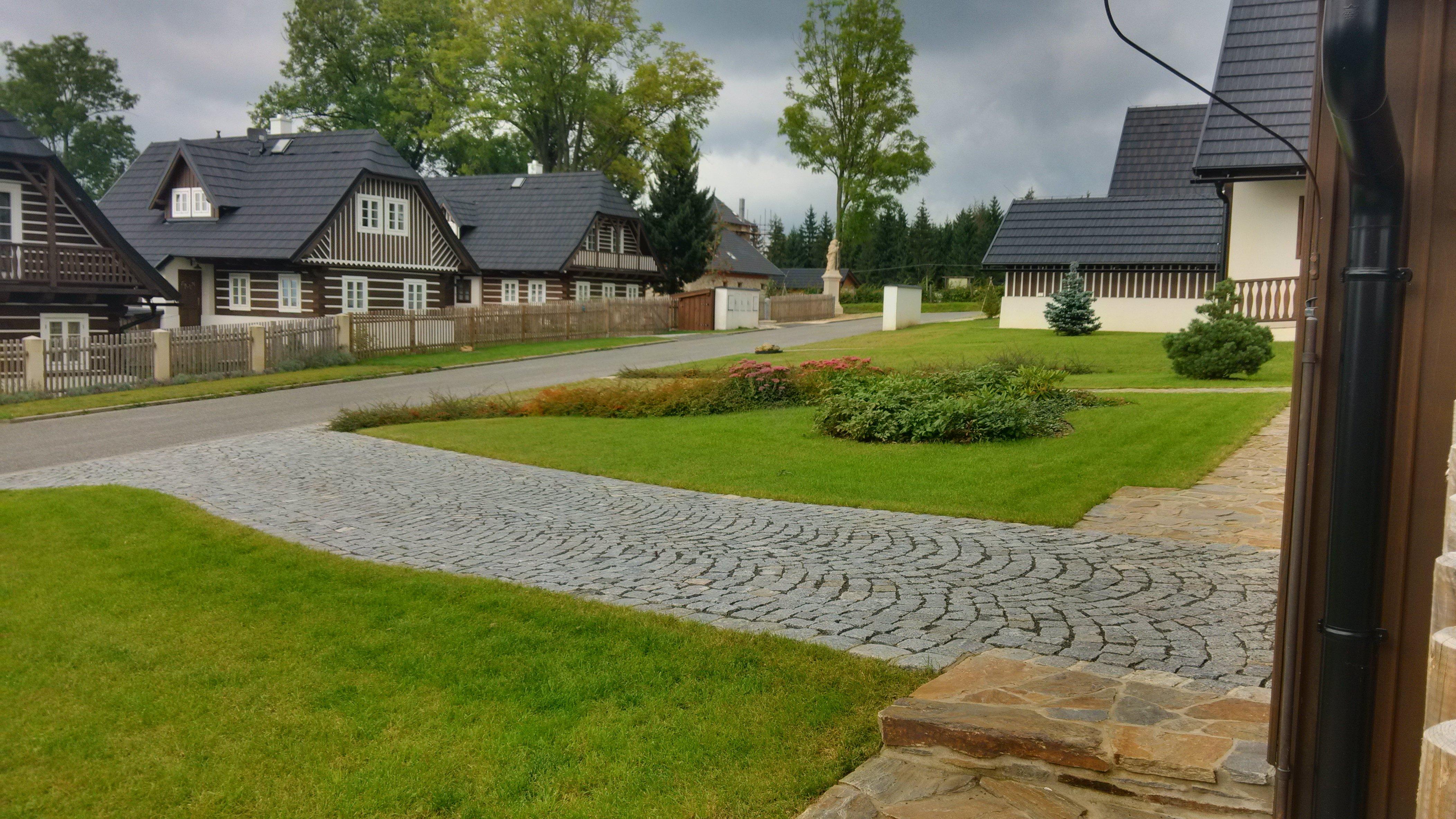 Náročný projekt stavby 24 poloroubených chalup ve Vysokém na Jizerou