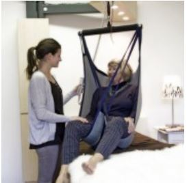 Přesun osob z lůžka na vozík se skříňovým zvedákem Integralift™