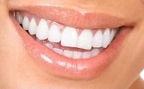Zvýšená hygiena chrupu při nošení rovnátek je při ortodontické léčbě důležitá
