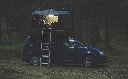 Stan na střeše auta, spaní v přírodě