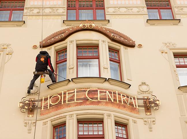 Mytí a čištění nepřístupných oken, fasád, výkladních a reklamních ploch Praha – ekologicky a efektivně