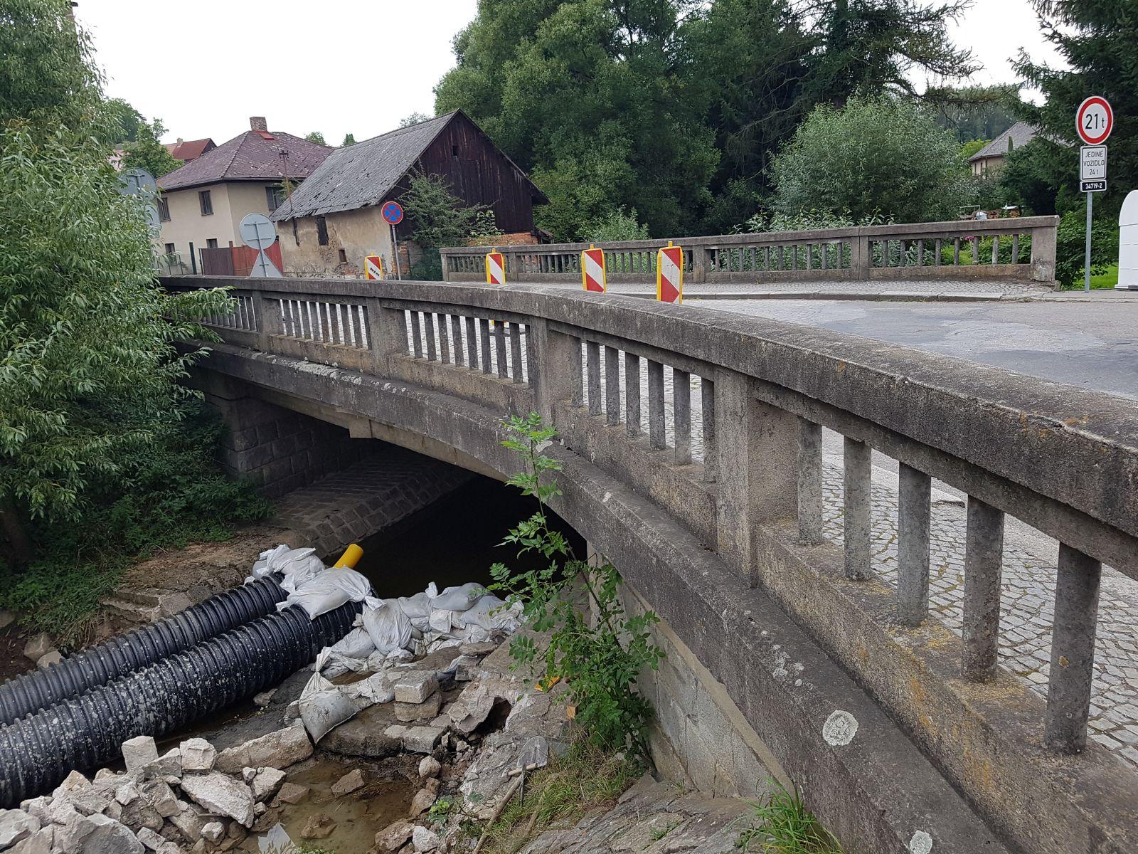 Tryskání, pískování kamenného mostu - původní stav