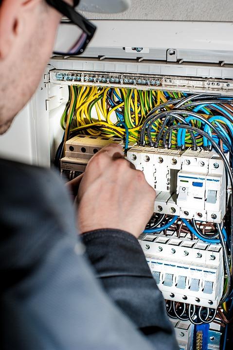 Nabídka práce - Montéři a opraváři silnoproudých elektrických vedení, elektromontér